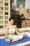 Yoga di pratica della giovane ragazza etnica Immagine Stock
