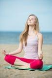 Yoga di pratica della giovane signora Allenamento vicino al mare dell'oceano Fotografie Stock Libere da Diritti