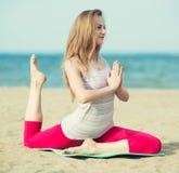 Yoga di pratica della giovane signora Allenamento vicino al mare dell'oceano Fotografie Stock