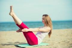 Yoga di pratica della giovane signora Allenamento vicino al mare dell'oceano Immagini Stock