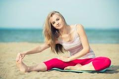 Yoga di pratica della giovane signora Allenamento vicino al mare dell'oceano Immagine Stock Libera da Diritti