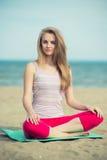 Yoga di pratica della giovane signora Allenamento vicino al mare dell'oceano Fotografia Stock