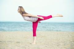 Yoga di pratica della giovane signora Allenamento vicino al mare dell'oceano Fotografia Stock Libera da Diritti