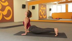 Yoga di pratica della ragazza stock footage