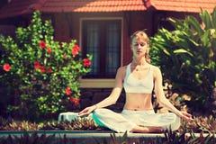 Yoga di pratica della ragazza Fotografie Stock
