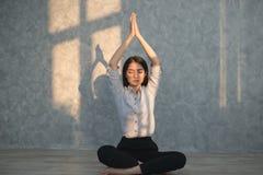 Yoga di pratica della ragazza asiatica di affari nell'ufficio concetto reale Immagini Stock Libere da Diritti