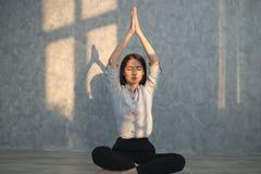 Yoga di pratica della ragazza asiatica di affari nell'ufficio concetto reale Fotografia Stock Libera da Diritti