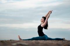 Yoga di pratica della ragazza nella posa della scimmia di hanumanasana della natura Fotografia Stock Libera da Diritti