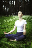 Yoga di pratica della ragazza in una foresta Immagini Stock Libere da Diritti