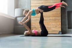 Yoga di pratica delle coppie allo studio insieme Fotografie Stock