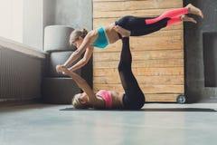 Yoga di pratica delle coppie allo studio insieme Immagine Stock