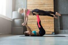 Yoga di pratica delle coppie allo studio insieme Fotografia Stock