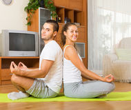 Yoga di pratica delle coppie a casa Immagine Stock Libera da Diritti
