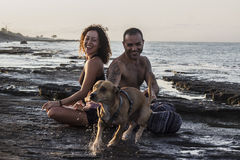 Yoga di pratica delle coppie felici su alba Fotografia Stock