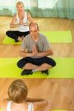 Yoga di pratica delle coppie mature con l'istruttore Fotografia Stock