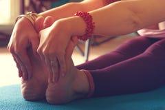 Yoga di pratica femminile nella classe, primo piano Immagini Stock Libere da Diritti