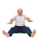 Yoga di pratica o forma fisica dell'uomo anziano Fotografie Stock