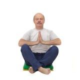 Yoga di pratica o forma fisica dell'uomo anziano Fotografie Stock Libere da Diritti