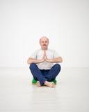 Yoga di pratica o forma fisica dell'uomo anziano Umore positivo sugli sport Immagine Stock Libera da Diritti