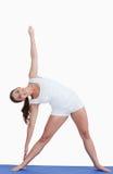 Yoga di pratica sorridente della donna Fotografia Stock Libera da Diritti
