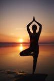 Yoga di pratica sulla spiaggia Immagine Stock Libera da Diritti