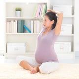 Yoga di rilassamento a casa Fotografie Stock