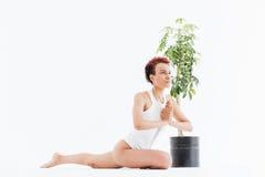 Yoga di seduta e di pratica della giovane donna afroamericana pacificata Immagini Stock