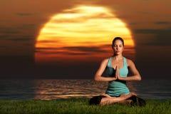 Yoga di tramonto sul puntello immagini stock libere da diritti