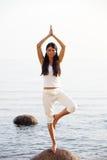 Yoga dichtbij de oceaan Stock Afbeelding