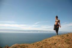 Yoga dichtbij het meer Stock Afbeelding