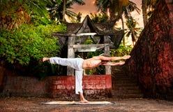 Yoga dichtbij tempel Stock Afbeeldingen