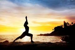Yoga dichtbij vuurtoren Royalty-vrije Stock Foto's