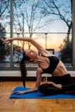 Yoga domestica di pratica della donna a casa fotografia stock