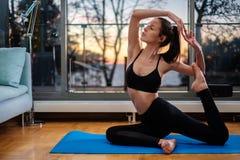 Yoga domestica di pratica della donna a casa fotografia stock libera da diritti