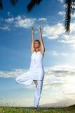 Yoga door de Oceaan Stock Afbeelding