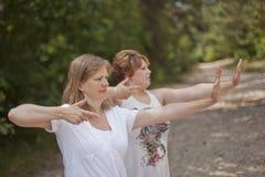 Yoga draußen Stockbild