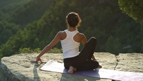 Yoga draußen stock video