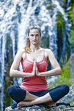 Yoga draußen lizenzfreies stockfoto