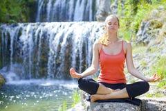 Yoga draußen Stockfoto