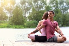 Yoga drau?en Familienpaartrainieren Konzept des gesunden Lebensstils lizenzfreie stockbilder