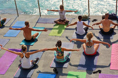 Yoga durch das Meer Bondi Australien lizenzfreie stockfotos