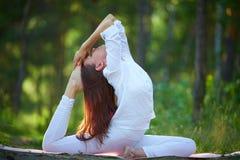 Yoga durch den Fluss Lizenzfreie Stockfotografie