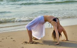 Yoga durch den Strand stockfotografie