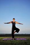 Yoga durch den Strand Lizenzfreies Stockbild