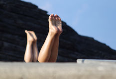 Yoga durch den Strand in Italien lizenzfreie stockbilder
