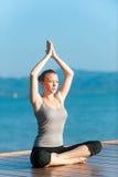 Yoga durch Ocean Stockbild