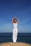 Yoga durch Sea Lizenzfreie Stockfotografie