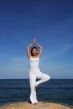 Yoga durch Sea Lizenzfreie Stockfotos