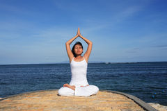 Yoga durch Sea Lizenzfreies Stockfoto
