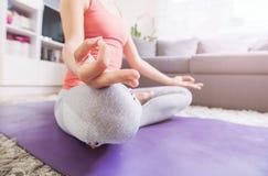 Yoga e meditazione di pratica della donna Fotografia Stock Libera da Diritti
